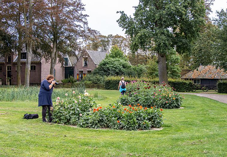 fotograferende vriendinnen in de tuin van kasteel Keukenhof